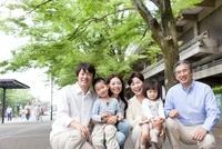 新緑の街で微笑む3世代家族