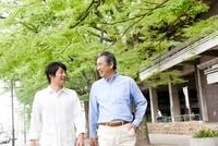 息子と歩くシニア男性