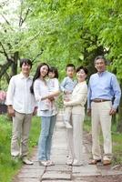 新緑の街で微笑む3世代家族 22600006081| 写真素材・ストックフォト・画像・イラスト素材|アマナイメージズ