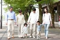 新緑の街を歩く3世代家族