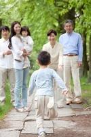 祖父母と両親に駆け寄る男の子 22600006099| 写真素材・ストックフォト・画像・イラスト素材|アマナイメージズ