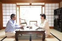 和室でお茶を飲むシニア夫婦
