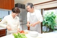 料理をするシニア夫婦