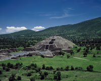 月のピラミッド 22717000355| 写真素材・ストックフォト・画像・イラスト素材|アマナイメージズ