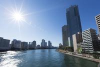 隅田川とビル群と太陽