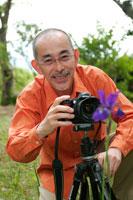 写真を撮るシニア男性