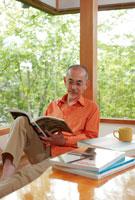 読書をするシニア男性