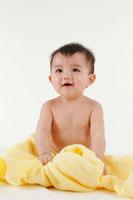 タオルと裸の赤ちゃん