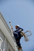 屋根に登る職人