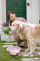 愛犬を洗う女性