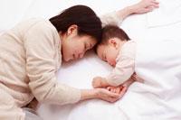寝ている赤ちゃんと母