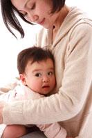 母に抱かれる赤ちゃん