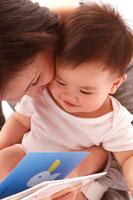 母と本を読む赤ちゃん
