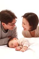 寝ている赤ちゃんと父と母
