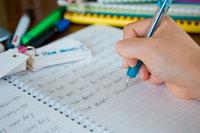 シャープペンで文字を書いている手元