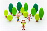 新芽を持つ女の子と2人の子ども