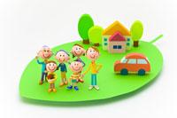 葉の上の家族と車と住宅