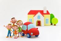 赤い屋根の家と車と親子4人