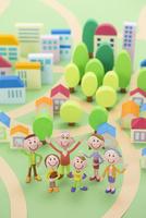 3世代家族と住宅地の街並み俯瞰 22748000764| 写真素材・ストックフォト・画像・イラスト素材|アマナイメージズ