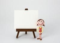 イーゼルのホワイトボードとOL 22748000826| 写真素材・ストックフォト・画像・イラスト素材|アマナイメージズ