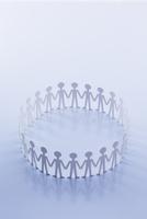 輪になって手をつなぐ人たち 22748000845| 写真素材・ストックフォト・画像・イラスト素材|アマナイメージズ