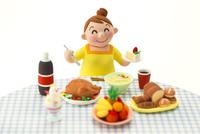 大食いのメタボな女性 22748000857| 写真素材・ストックフォト・画像・イラスト素材|アマナイメージズ