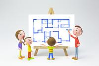 家族と間取り図 22748000928| 写真素材・ストックフォト・画像・イラスト素材|アマナイメージズ