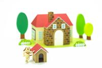 家と犬小屋と犬 22748000941| 写真素材・ストックフォト・画像・イラスト素材|アマナイメージズ