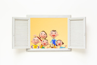 開いた窓と家族と犬 22748000945| 写真素材・ストックフォト・画像・イラスト素材|アマナイメージズ