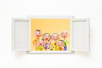 開いた窓と家族と犬 22748000947| 写真素材・ストックフォト・画像・イラスト素材|アマナイメージズ