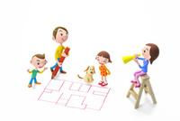 間取り図を描く男性と家族と犬