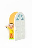 開いたドアから覗く女の子 22748000971| 写真素材・ストックフォト・画像・イラスト素材|アマナイメージズ