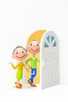 開いたドアと初老の夫婦