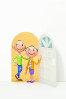 開いたドアと初老の夫婦 22748000976| 写真素材・ストックフォト・画像・イラスト素材|アマナイメージズ