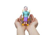 手のひらに乗っている車椅子の女性 22748001112| 写真素材・ストックフォト・画像・イラスト素材|アマナイメージズ