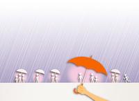 人々が雨に濡れないように差し出される傘