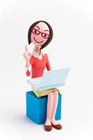 ノートパソコンを膝に乗せる女性
