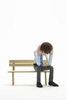 落ち込む,男性,ベンチ 22748001142| 写真素材・ストックフォト・画像・イラスト素材|アマナイメージズ