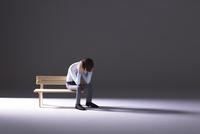 落ち込む男性,ベンチ,暗い 22748001163| 写真素材・ストックフォト・画像・イラスト素材|アマナイメージズ