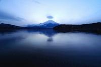 薄暮の富士山と山中湖