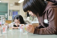 理科の実験観察してる女の子