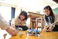 理科室で模型を遊ばせる小学生