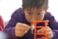 実験装置を組み立ている小学生