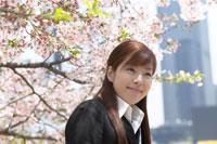 桜とスーツ姿の女性