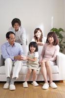 リビングに集合した家族 22879002389| 写真素材・ストックフォト・画像・イラスト素材|アマナイメージズ