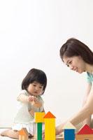 積み木で遊ぶ女の子と母親