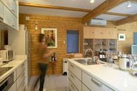 キッチンを歩く女性 22879002709| 写真素材・ストックフォト・画像・イラスト素材|アマナイメージズ