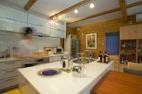 キッチンを歩く女性 22879002710| 写真素材・ストックフォト・画像・イラスト素材|アマナイメージズ