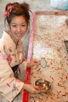 金魚すくいをする浴衣の女性 22879002773| 写真素材・ストックフォト・画像・イラスト素材|アマナイメージズ