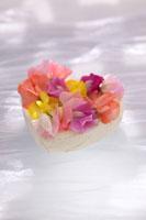 ハート型のケーキと花